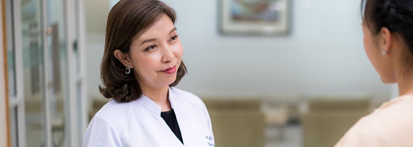 Female-Doctor-with-Patient-Desktop